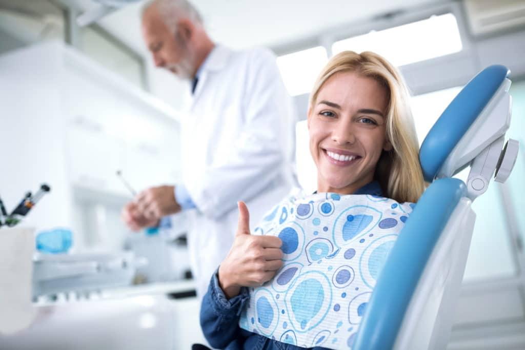Frau laechelt nach erfolgreicher Zahnkorrektur