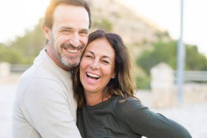 Man und Ehefrau sind glücklich und lächeln mit gesunden zähnen in die Kamera