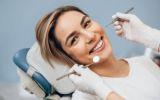 Erwachsene Frau liegt auf einem Behandlungsstuhl und lächelt