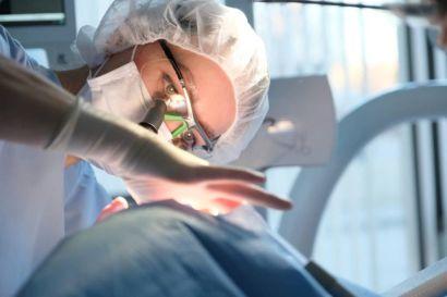 Kieferorthopädin behandelt einen Notfall